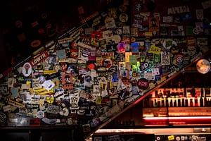 Stickerwand an einer Treppe im Kap Tormentoso